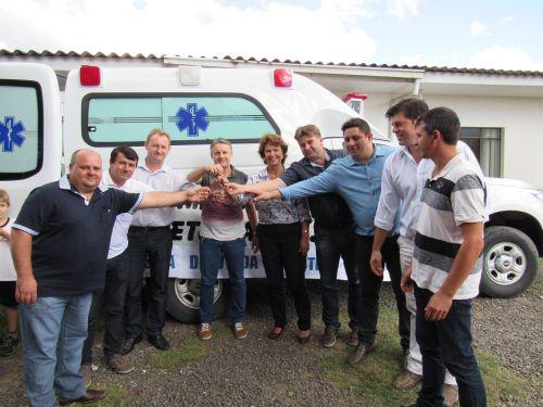 Prefeito, Deputada, Secret�rios, Lideran�as e Vereadores fazem a entrega da chave da ambulancia