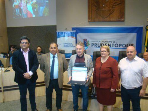 Diretores da Faculdade Guairac� entregam a placa comemorativa �s autoridades