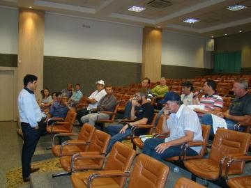 Vereador Professor Marcos ouve as explana��es de autoridades, t�cnicos e faxinalenses durante audi�ncia.
