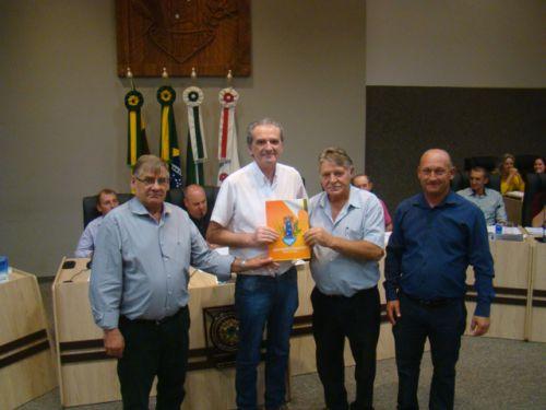 Luiz Henrique Stroparo recebe dos vereadores c�pia da lei aprovada