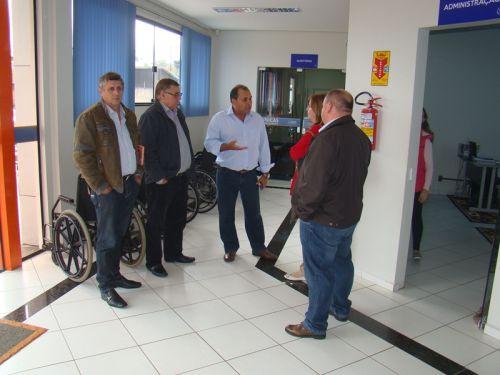 Em visita �s instala��es da Faculdade Guairac�
