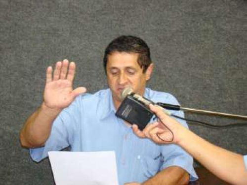 Schirlo prestando o juramento legal em 2011