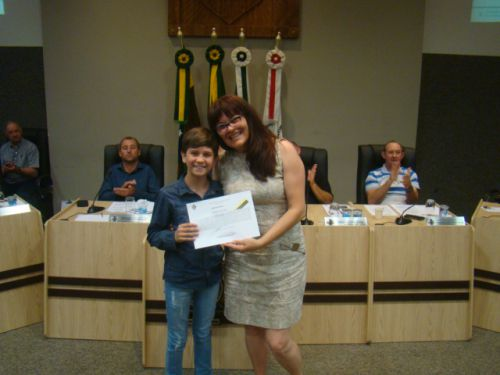 Allan recebe a homenagem da vereadora Carina