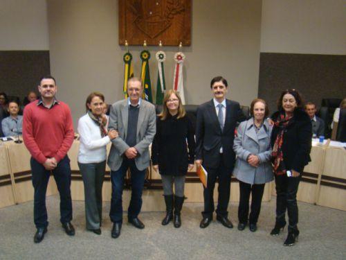 Familiares de Dorival recebem da Vereadora Soraia, c�pia do projeto de lei