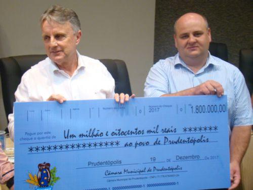 Presidente Marcos Lachovicz entrega o cheque simb�lico ao Prefeito Adelmo