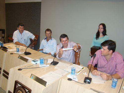 Presidente Jos� Adilson dos Santos sorteia nomes dos vereadores
