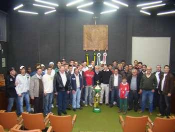 Dirigentes, atletas, Vereadores, ao lado do trof�u de campe�o.