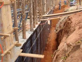 Muro de arrimo e servi�o de impermeabiliza��o em fase de conclus�o.