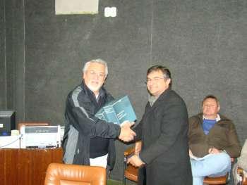 O Inspetor Jos� Bodnar entrega os Cadernos T�cnicos ao Presidente Canderoi.