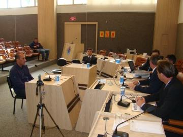 Testemunha Leandro Gomes da Silva(esq) e defensor nomeado, Dr. Jaminus durante depoimento.