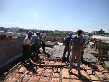 Revestimento com concreto na laje de cobertura exigiu muito trabalho e cuidados.