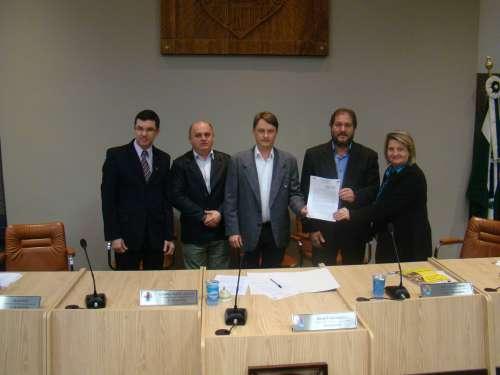 Marcelo Figueiredo, Aguinaldo Mocelin, Vereador Luciano Marcos Antonio, Prefeito Gilvan e Presidente Luc�lia Lecheta, na assinatura do protocolo.