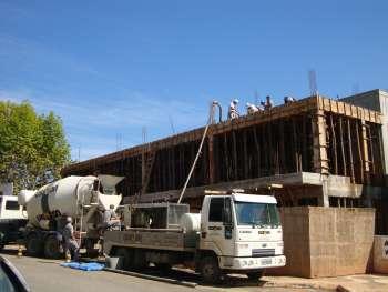 Coloca��o do concreto na laje de cobertura exigiu caminh�o especial.