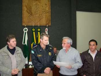 Presidente Canderoi entrega a Mo��o de Reconhecimento ao Capit�o Juv�ncio.