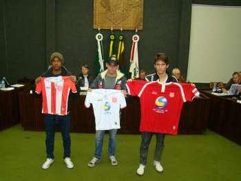 As novas camisas do time do Serrano foram apresentadas aos vereadores.