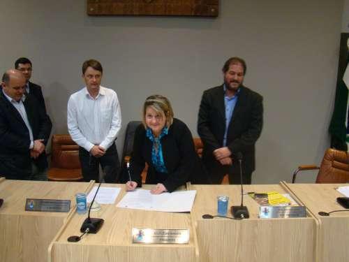 Vereador Luciano, Presidente Luc�lia e Prefeito Gilvan assinam o protocolo de inten��es.