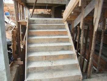 Escadas de liga��o entre os pisos j� foram concretadas.
