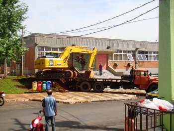Chegada da m�quina escavadeira hidr�ulica para remo��o de entulho.