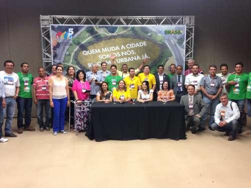 Grupo de legisladores de diversas regi�es brasileiras presentes na Confer�ncia