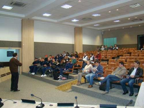 Alunos, professores, vereadores acompanham exposição de projetos pelo Assessor de Planejamento Ney Martin.