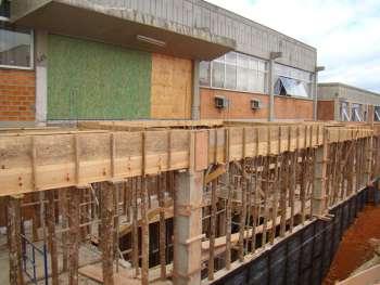 Prepara��o das escoras para vigamento do segundo piso e muro impermeabilizado.