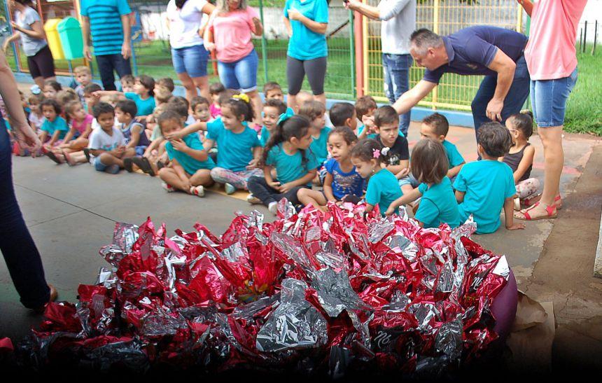 Prefeitura  distribui ovos de pascoa para alunos da rede municipal