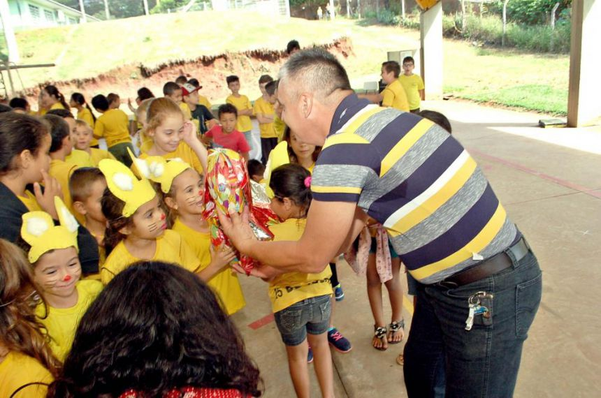 Entrega ovos de Páscoa para a rede Municipal de Educação