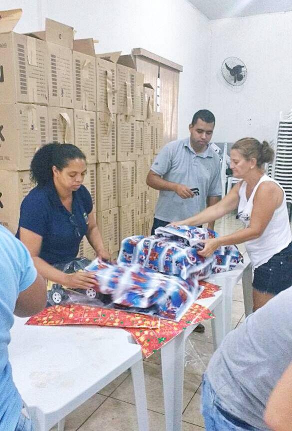 Quipe da prefeitura prepara os presentes de natal para as crianças