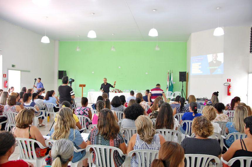 Administração  promove palestra para professores da rede municipal
