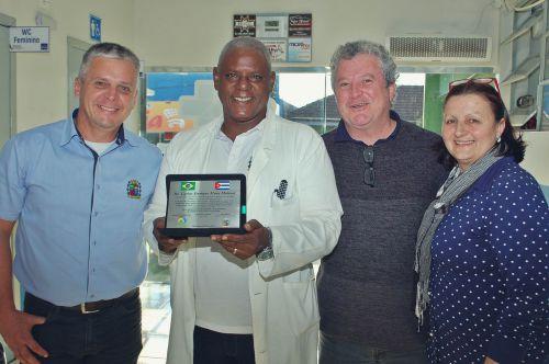 Prefeitura  presta homenagem na despedida de médico cubano