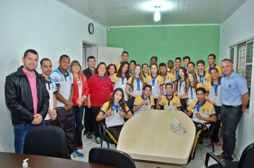 Alunos medalhistas em Tapejara são recebidos no gabinete pelo prefeito de São Tomé