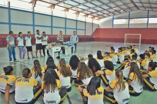 Prefeitura de São Tomé entrega uniformes  para os jogos escolares
