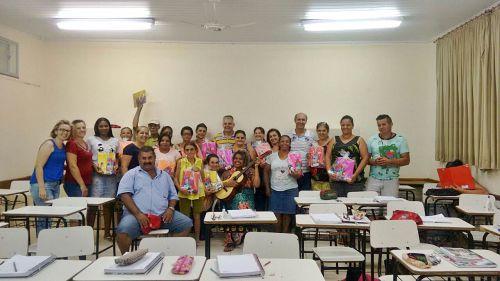 Alunos do EJA de São Tomé recebem Kits da prefeitura