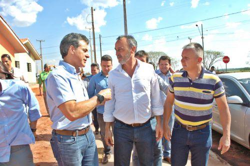 Prefeito participa da entrega de casas e conversa com presidente da COHAPAR sobre moradias