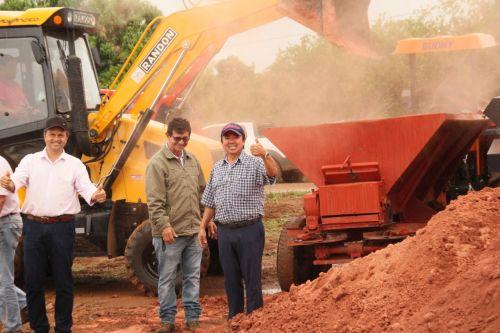 ENTREGA e aplicação do calcário teve a presença do prefeito e do secretário de agricultura