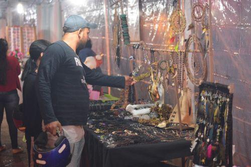 VARIEDADE de produtos atrai público no fim de semana em feira de artesanato