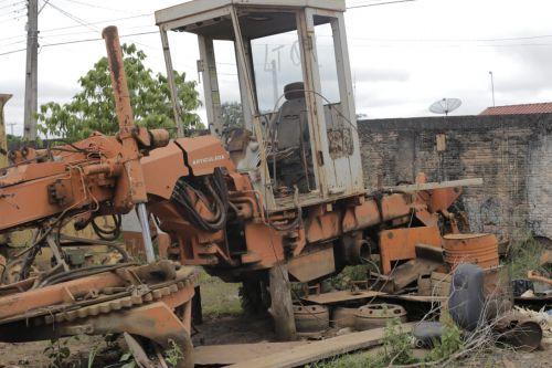 Veja fotos: após 24 anos, Prefeitura oficializa leilão de máquinas e implementos