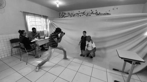 """""""Retrato Solidário"""": Semcom fotografa gratuitamente alunos e moradores de bairros afastados na escola Felipe Rocha"""