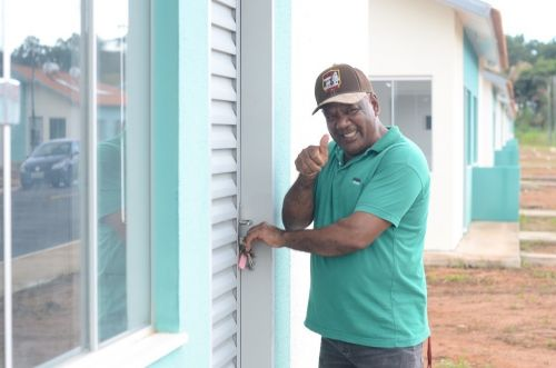 """Entregue: moradores comemoram recebimento de chaves das casas do residencial """"Maria Moura"""" em evento da Caixa e Prefeitura"""