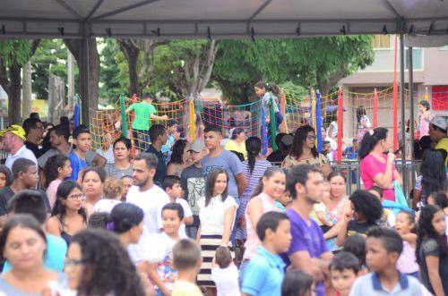 Veja centenas de fotos: festa de aniversário da cidade reúne milhares de pessoas em praça