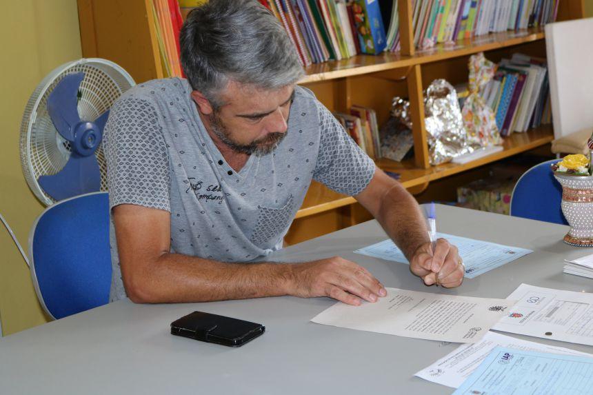 APAE recebe doação de madeira do IAP