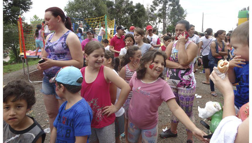 Crianças têm dia de recreação em Turvo