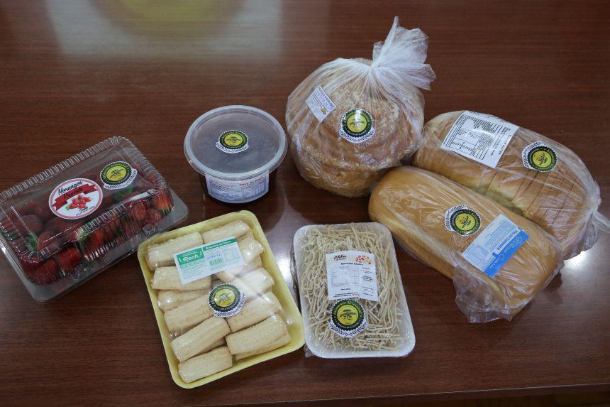 Agricultores com agroindutrias recebem selo de qualidade para seus produtos.