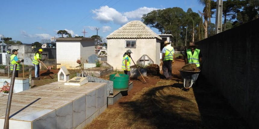 Grama está sendo plantada no Cemitério Municipal.