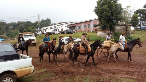 Tropeiros retornam da cavalgada