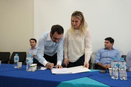 Governadora Cida assina protocolo de intenções para asfalto