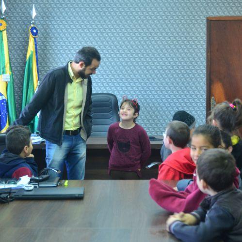 Alunos visitam a prefeitura e conversam com prefeito