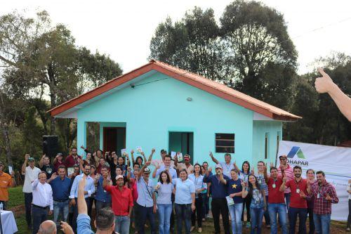 11 famílias recebem as chaves de suas novas moradias