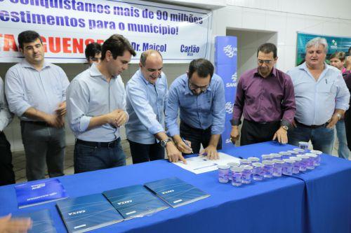 Prefeito Jeronimo assina convênio com a Sanepar para implantação da rede de esgoto em nosso município.