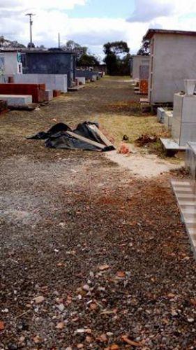 Colaboração na limpeza do cemitério